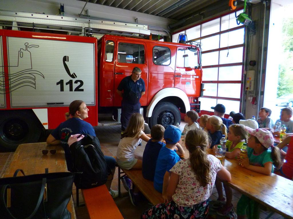 """Kinderferienprogramm """"Feuerwehr hautnah miter"""